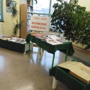 Wystawa książek w bibliotece 1